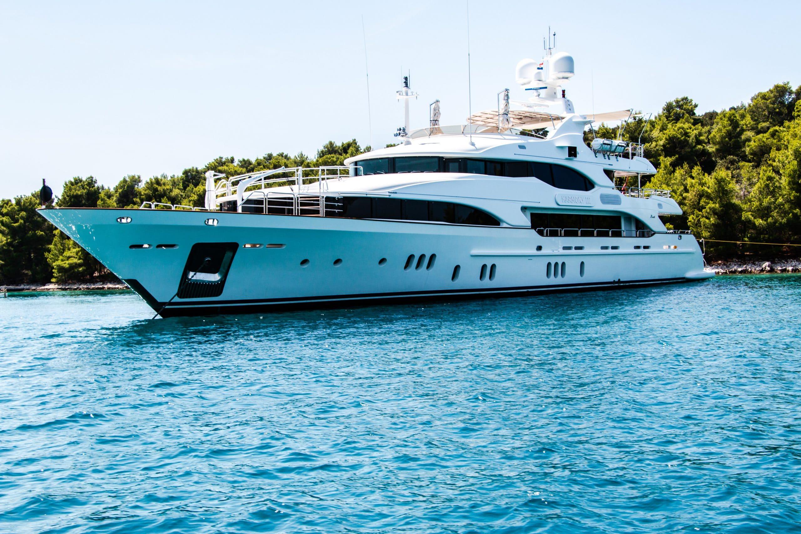 yacht au mouillage