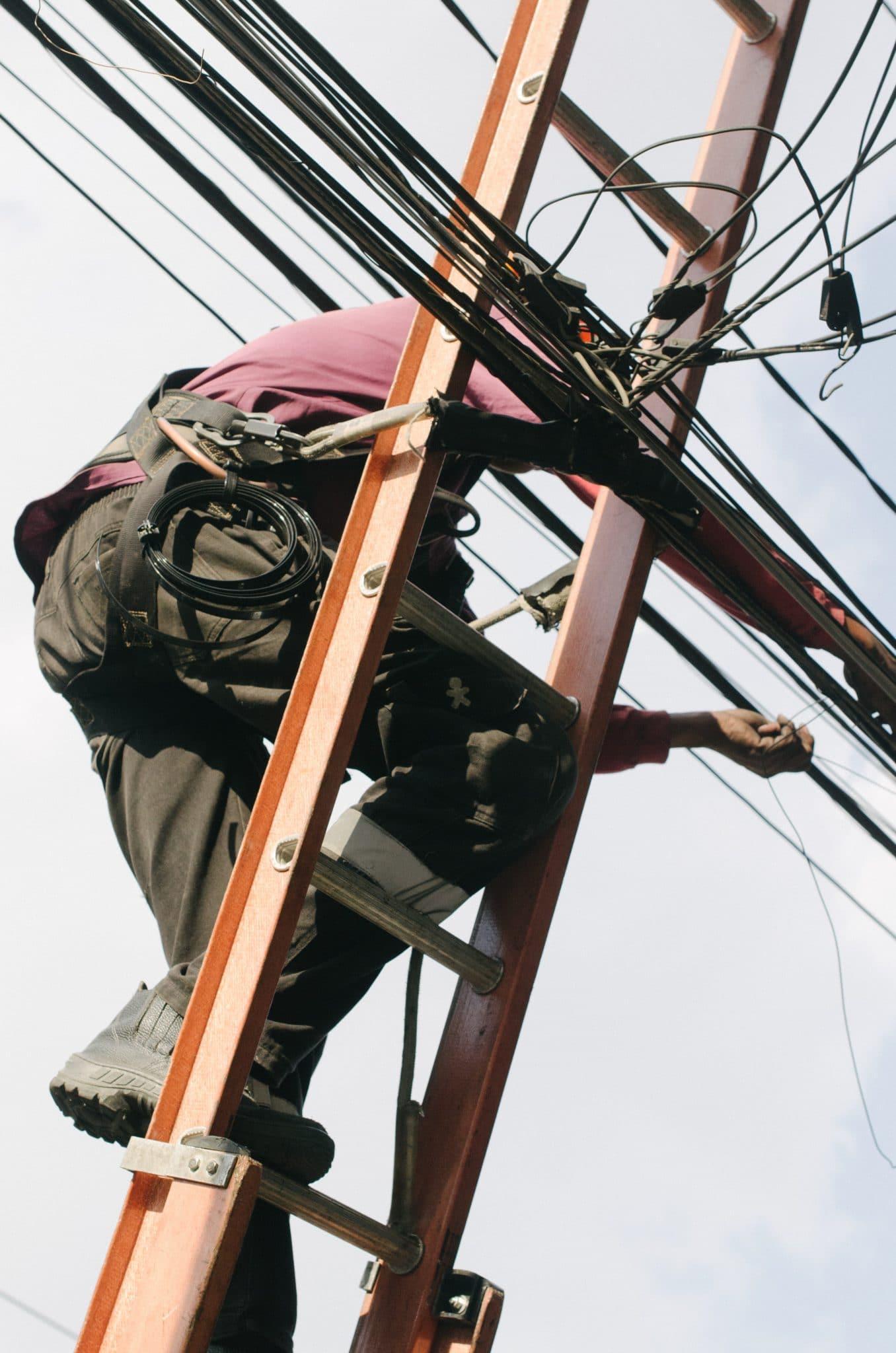technicien sur un poteau